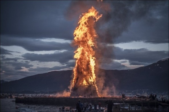 Worlds-Biggest-Bonfire-01-634x422